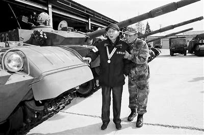 94岁抗战老兵钱建明如愿摸到国产新型坦克 当场落泪