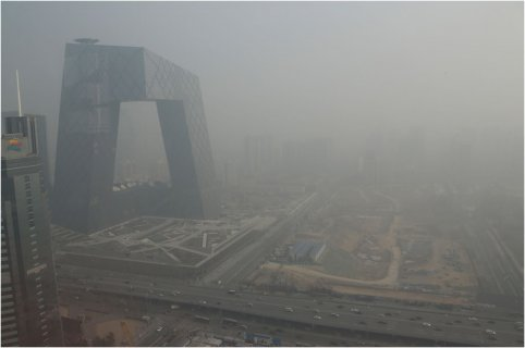 雾霾天里露头考试 空气污染指数连续爆表