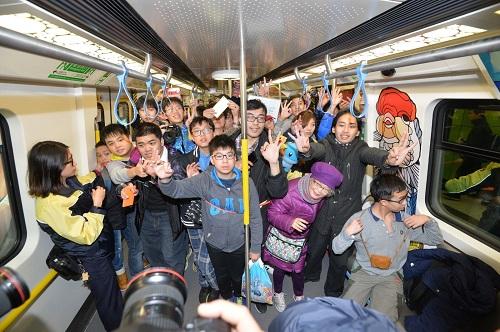 香港地铁南港岛新线通车 乘客凌晨4点排队尝新