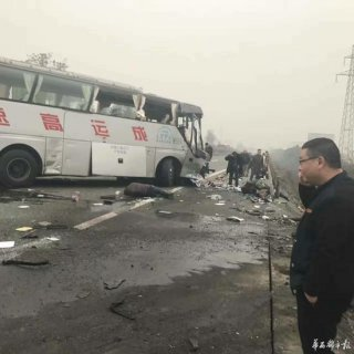 成乐高速发生车祸致1死16伤 事故地点位于眉山服务区附近