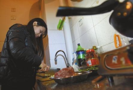 刘琳在厨房切菜