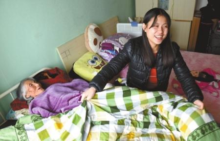 刘琳帮奶奶整理被子
