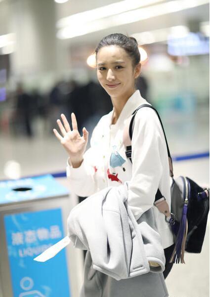 佟丽娅素颜现身机场 紧盯手机似查岗陈思诚