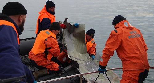 救援人员打捞图-154残骸