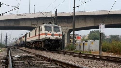 印度人爱铁路自拍 两人遭对开火车撞死