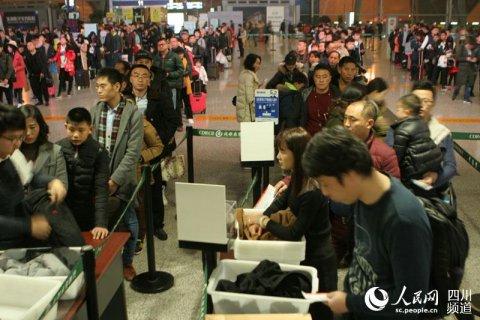 <b>成都机场迎来春运首个客流高峰</b>