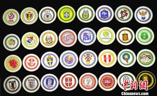 宁夏工匠手中世界杯 32支球队队徽做成金丝彩沙画