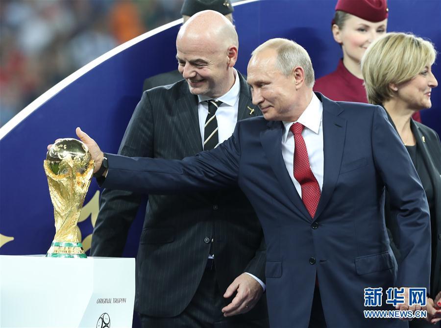 普京抚摸大力神杯:俄罗斯为举办世界杯而自豪