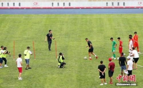 和中国孩子踢球时的一个细节 讲述了C罗的足球哲学