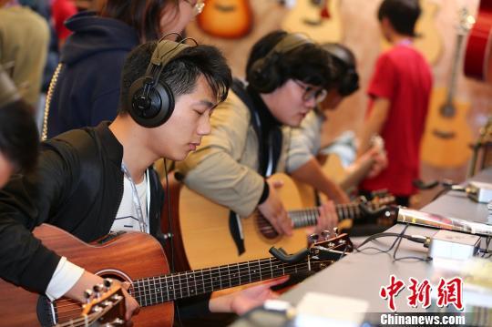 31个国家和地区的逾2200家中外乐器企业携新品、精品汇聚上海,争奇斗艳。 芊烨 摄