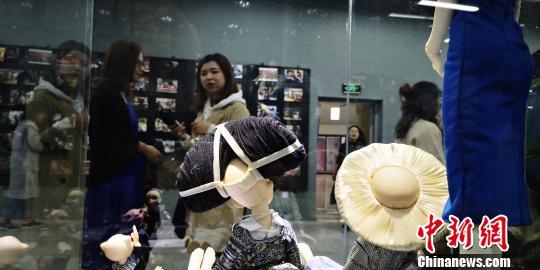 《贵州苗族民间工艺与旅游文创产品设计人才培养》成果汇报展览现场。 唐福敬 摄