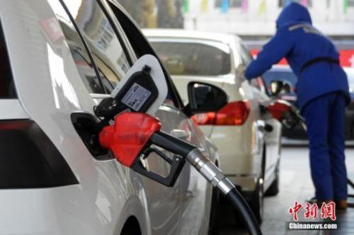 资料图:山西太原,加油站工作人员给汽车加油。<a target='_blank' href='http://www.chinanews.com/'>中新社</a>发 武俊杰 摄