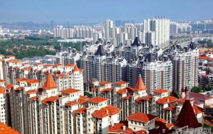 燕郊(网络图) 燕郊是一个距离北京市中心只有30公里、与通州隔河相望的河北小镇。近日,受北京市政府东迁、地铁线路优化等消息影响,冰封近两年的燕郊楼市出现一丝回暖迹象。 二手住宅每平米涨2000元 2019年2月20日,燕郊著名的售楼一条街,一家新装修的中介门店贴出了招聘房产销售的广告,不时有年轻人进进出出。