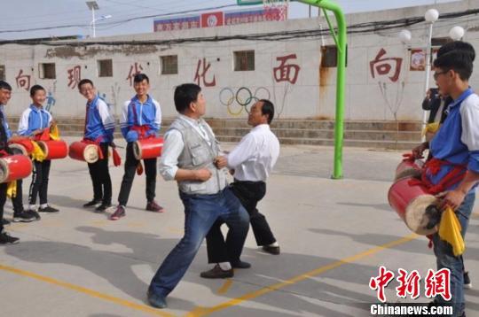 """圖為老師向學生示范涼州""""攻鼓子""""舞步和陣法。 鐘欣 攝"""