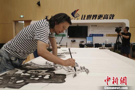 """""""为奥运喝彩""""艺术写生团走进北京世园会,写生团团长何加林现场创作。""""为奥运喝彩""""项目组"""