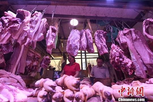 9月4日,重庆主城区的一家农贸市场内,商贩正在摆放猪肉。近期,猪肉价格接连上涨。据了解,重庆各大商超猪里脊肉每斤售价在28元左右,精品三线肉每斤25元左右。<a target='_blank' href=''>中新社</a>记者 陈超 摄