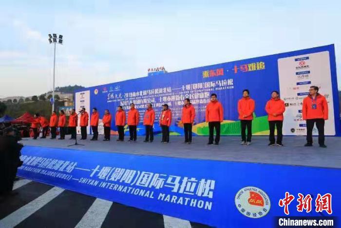 图为,十堰(郧阳)国际马拉松起跑现场 宁月 摄