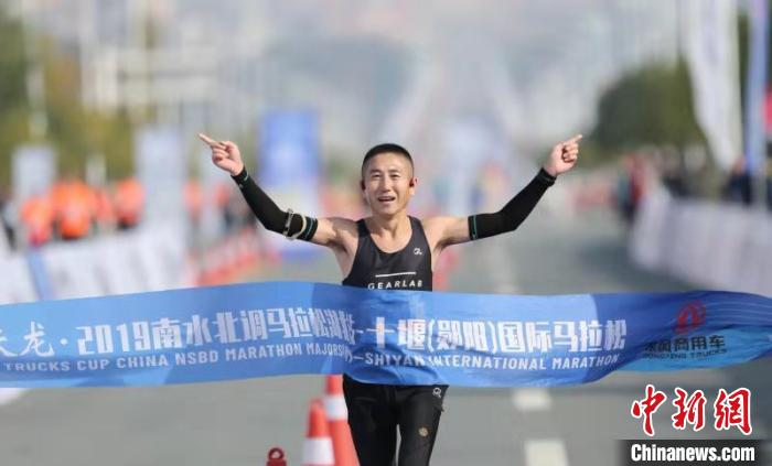 图为,选手参加十堰(郧阳)国际马拉松 宁月 摄