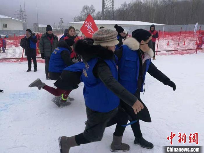 图为比赛现场 石洪宇 摄   中新网吉林1月7日电 7日,全国盲人冰雪运动会在吉林省吉林市北大湖滑雪场举行,来自全国20个省(区、市)及吉林省各市州12支代表队的残疾人运动员代表在雪地上进行了激烈的角逐。   此次是中国盲人协会首次举办冰雪运动会,是盲人精神风貌的一次集中展示。活动旨在动员更多残疾人参加冬季体育康复健身、融入三亿人参与冰雪运动,促进残疾人群众体育事业发展。   中国盲人协会主席李庆忠介绍,该运动会根据盲人朋友的特点设置项目,既注重体育运动的竞技性,也突出了体育运动的趣味性。  图为比赛