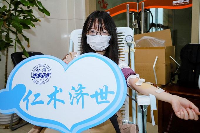 上海市醫學生(sheng)參加無償獻血助力疫情防控(kong)