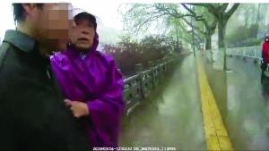 鎮江(jiang)56歲(sui)大(da)媽(ma)張(zhang)維萍跳(tiao)入河水救起輕生男(nan) 在水中做思想(xiang)工作(zuo)