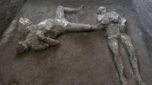 意大利庞贝古城附近的一个大宅里挖掘出两具男性遗骸