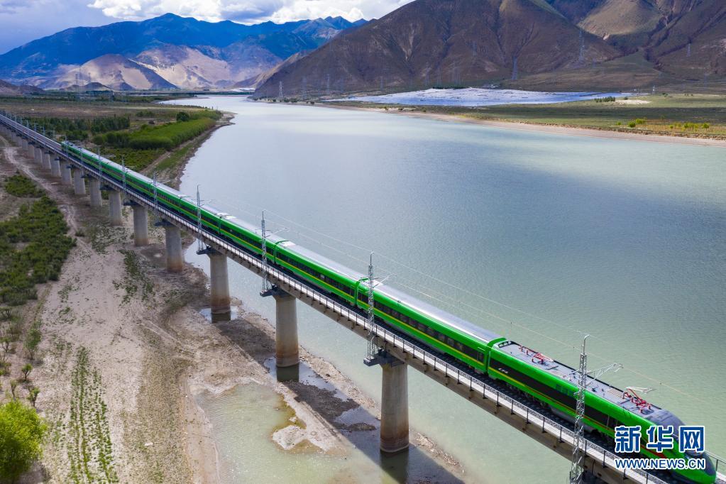 """感受中国速度!揭秘西藏首趟复兴号列车""""绿巨人"""""""